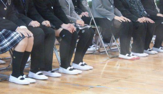 姿勢よく座るために椅子の高さを調整しよう。ポイントは「足が床に付いていること」と「膝と股関節が直角になっていること」